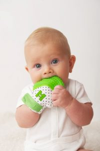 bébé-mordillant-sa-mitaine-de-dentition-verte